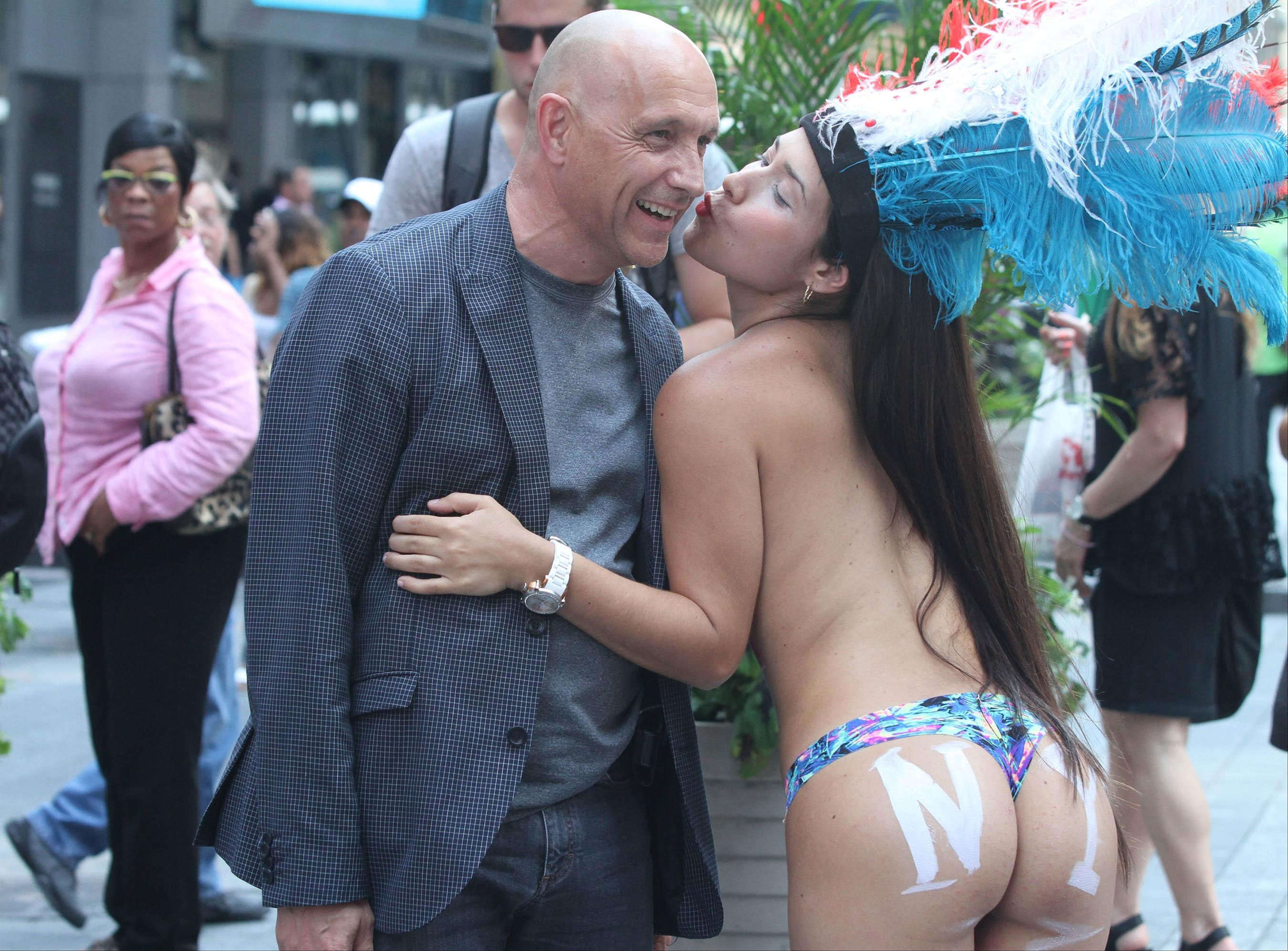 annuncio donna dipinta donne nude bari