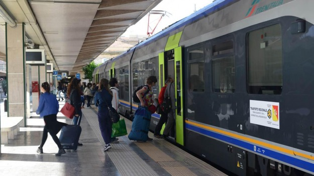 ferrovie, pendolari, treno palermo catania, Sicilia, Economia