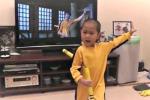Munito di nunchaku, bimbo imita alla perfezione Bruce Lee