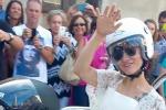 Nozze rock per Elisa: vestita da sposa, la cantante arriva in chiesa a bordo di una moto - Foto