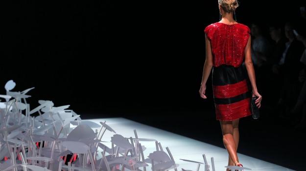 Settimana della moda la donna in rosso di armani. lo stilista: non