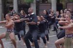 Haka con la leggenda degli All Black: passanti estasiati nel centro di Londra - Video