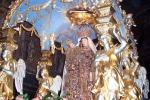 Enna, i fedeli abbracciano la Madonna della Visitazione