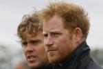 Scapigliato e barba incolta: il nuovo look del principe Harry - Foto