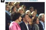 Renzi e la moglie sugli spalti per il concerto di Morandi e Baglioni: le foto