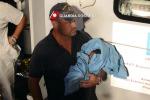 Parto durante i soccorsi, fiocco azzurro sulla motovedetta - Video