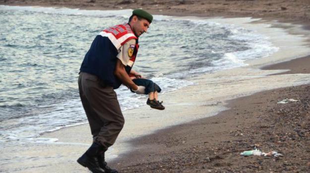 bimbo, famiglia, foto choc, immigrazione, kobane, spiaggia, Sicilia, Cronaca