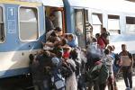 Caos alla stazione di Budapest, migliaia di migranti all'assalto dei treni - Le foto
