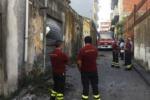 Crolla un tetto a Giarre, tragedia sfiorata per due anziane
