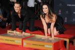 In ginocchio per lasciare le impronte, Katy Perry rischia incidente sexy