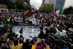 """Messico, migliaia di persone sfilano per i 43 studenti """"desaparecidos"""""""