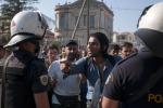 Nuovi arrivi in Germania, in Grecia manganelli contro i migranti