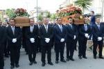 """Coniugi uccisi a Palagonia, in migliaia ai funerali: """"Nessuno può sentirsi innocente"""" - Video"""