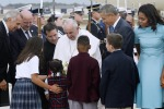 Il Papa atterra a Washington, tutta la famiglia Obama ad accoglierlo. Poi si allontana su una Fiat 500L