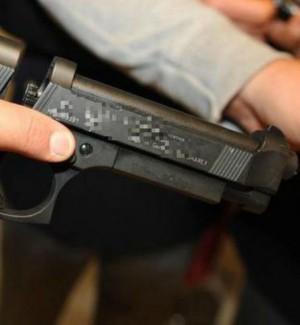 Minaccia un uomo con una pistola e nasconde della droga in casa: un arresto a Butera