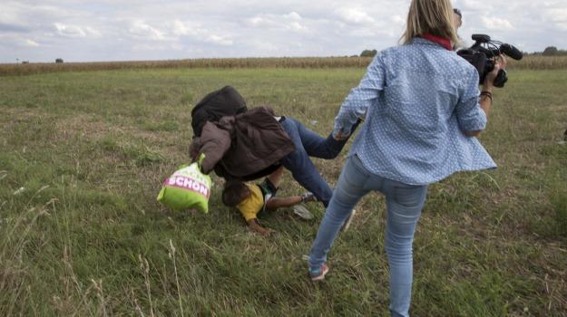 migranti, Sgambetto reporter, Sicilia, Mondo