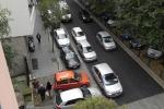 Parcheggio selvaggio, a Palermo le auto diventano un labirinto per i pedoni