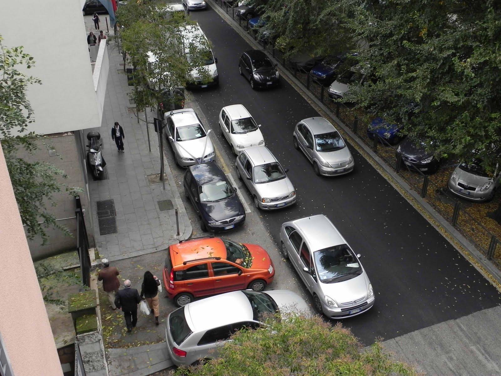 Parcheggio selvaggio a palermo le auto diventano un labirinto per i