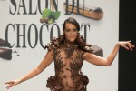 A Parigi sfilano abiti di... cioccolato: le foto