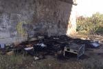 Baracche in fiamme, fuoco e paura sotto il ponte della Guadagna
