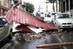 Tromba d'aria a Gela, crolla una tettoia: schiacciata auto con 2 persone a bordo