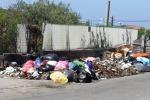 Cassonetti zeppi di rifiuti e massima allerta meteo a Messina