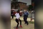 Poliziotta calma una lite tra ragazzi e poi balla con loro - Video