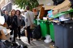 Sciopero dei netturbini a Parigi, città invasa dai rifiuti