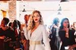 Abito bianco e rossetto rosso: sui social l'outfit da urlo di Beyoncè