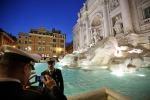 Nuota in slip dentro la Fontana di Trevi, un'altra turista denunciata a Roma