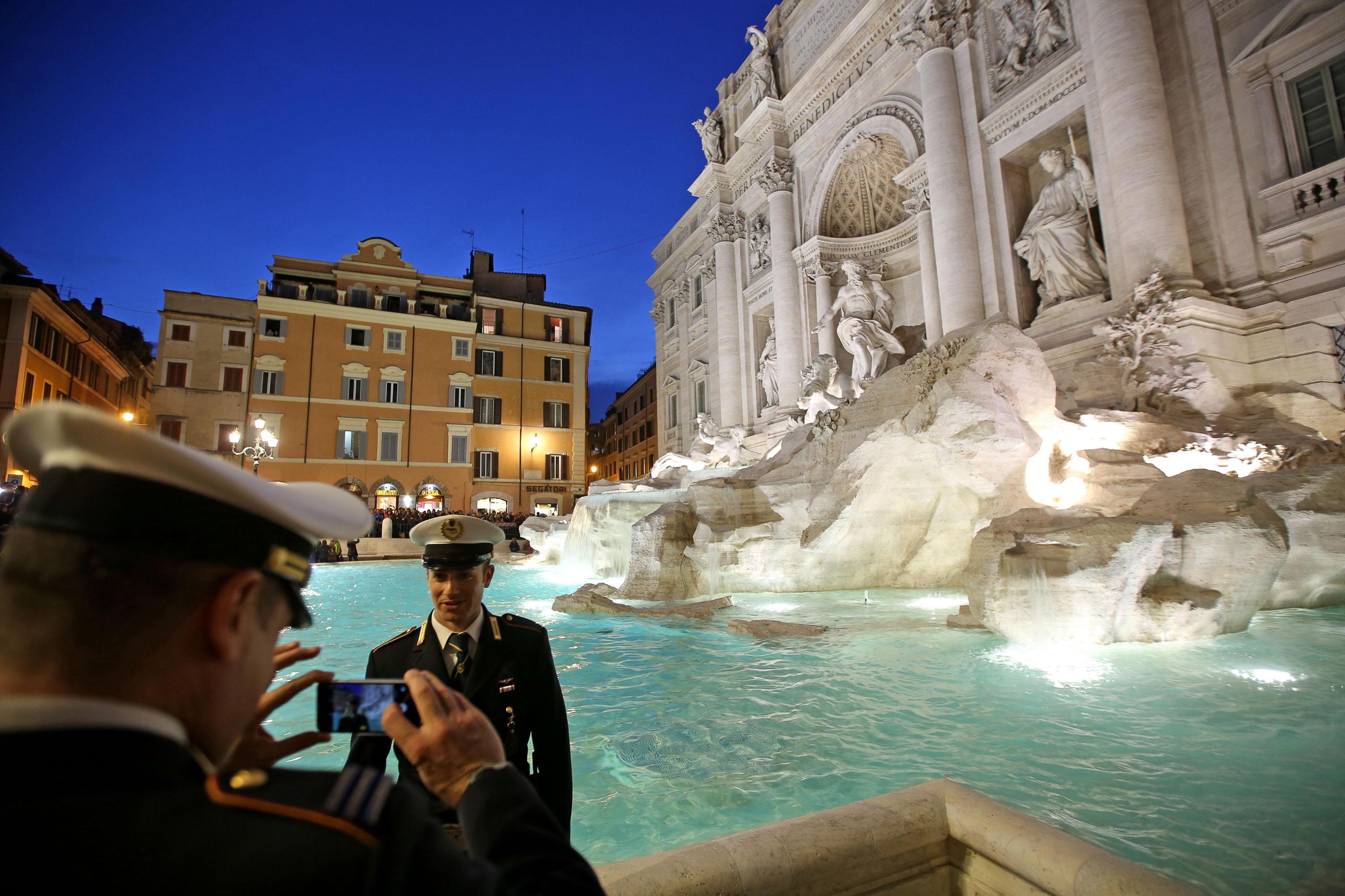 Nuota in slip dentro la fontana di trevi un 39 altra turista denunciata a roma giornale di sicilia - Bagno fontana di trevi ...