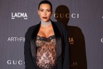 Abito trasparente, pancione (e slip) in bella mostra: il red carpet estremo di Kim Kardashian