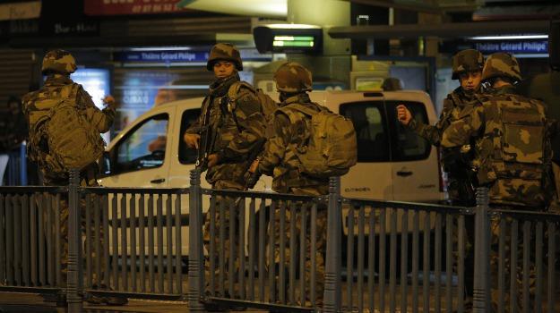 allarme terrorismo, fuoristrada sulla folla a parigi, Sicilia, Mondo