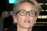 Look casual, capelli bianchi e senza trucco: Sharon Stone arriva in aeroporto... così. Le foto