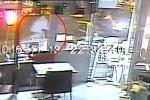 """Parigi, l'assalto al ristorante: in un video """"Salah spara ad una ragazza ma l'arma si inceppa"""""""