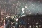 Tiziano Ferro bloccato su una pedana durante un concerto: il video del fuori programma