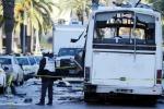 Kamikaze sul bus di guardie presidenziali in Tunisia, raffiche di arresti