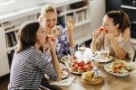Nuove tendenze a tavola: selfie ai piatti, più attenzione ai cibi. Spopola l'apericena