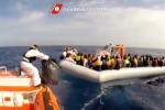 """Naufragio di un gommone al largo della Libia, i superstiti: """"Morti 52 migranti"""""""