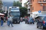 Palermo, paura per una donna travolta da un camion in via Giafar: partiti i soccorsi