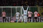 Il Palermo resiste un tempo, poi crolla: tre gol e la Juventus sbanca il Barbera
