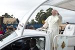 """Il Papa nelle baraccopoli: """"Poveri emarginati da pochi ricchi. Corruzione? Anche in Vaticano"""""""