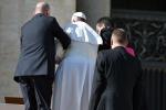 Piccolo incidente in udienza per il Papa: inciampa sulla scalinata di San Pietro - Video