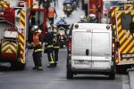Parigi, caccia alla mente delle stragi Blitz all'alba nel covo dei terroristi Tre morti: una donna si fa esplodere
