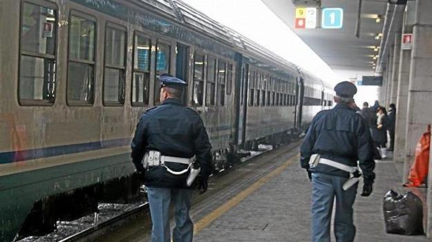 si mostra nudo in treno, Messina, Cronaca