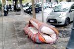 Rifiuti a Palermo, anche in centro spunta un materasso abbandonato per strada