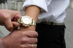 Ruba l'orologio durante i controlli in aeroporto: denunciata