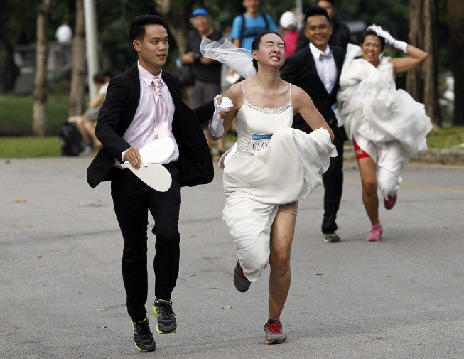 ae6101ca76d1 epa05045337 Thai brides-to-be warm up as they participate in the  Running  of the Brides 4  event in Bangkok