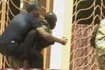 Persone in fuga dall'albergo in cui è avvenuto l'attentato