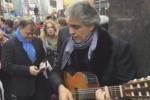 Andrea Bocelli canta in strada per i senzatetto: il video